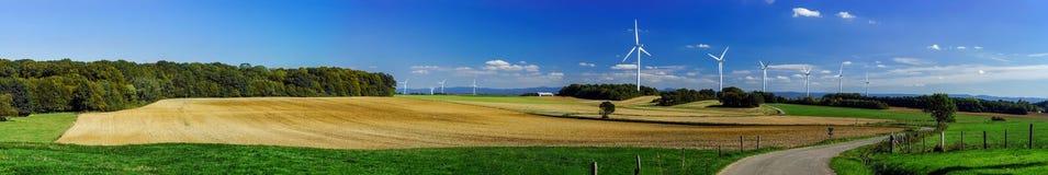 Turbina de viento que genera electricidad en un valle hermoso Foto de archivo
