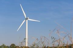 Turbina de viento sobre fondo del cielo azul en un día soleado fotografía de archivo