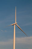 Turbina de viento solitaria Fotografía de archivo