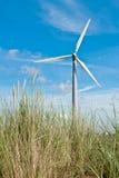 Turbina de viento y dunas de arena foto de archivo