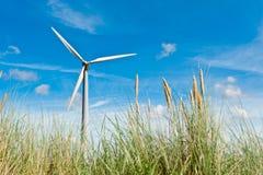 Turbina de viento y dunas de arena imagen de archivo