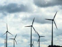 Turbina de viento y polos de poder Fotografía de archivo libre de regalías