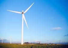 Turbina de viento y un coche. Fotografía de archivo