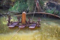 Turbina del agua en agua del oxígeno de la charca Foto de archivo libre de regalías
