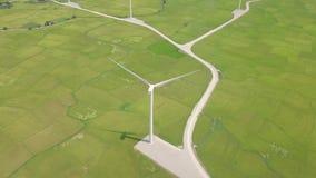 Turbina del mulino a vento di vista aerea sul fondo verde del campo Generazione della turbina di energia eolica sulla vista del f stock footage