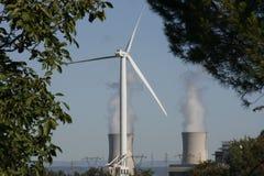 Turbina di vento & torre di raffreddamento nucleare Fotografie Stock Libere da Diritti