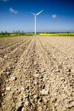 Turbina di vento arata del campo immagini stock libere da diritti