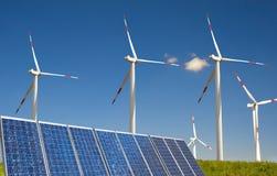 Turbina di vento bianca moderna con incorniciatura solare Fotografia Stock Libera da Diritti
