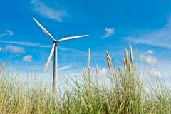 Turbina di vento e dune di sabbia Immagine Stock