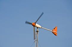 Turbina di vento sul giacimento del cielo blu. Immagini Stock Libere da Diritti