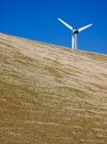 Turbina di vento sulla collina Fotografia Stock Libera da Diritti