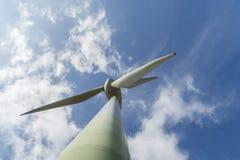A turbina eólica é energia verde Imagem de Stock