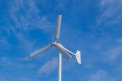 A turbina eólica branca da cor Fotografia de Stock