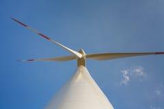 Turbina eólica com a hélice no quadro. Imagem de Stock