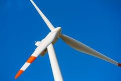 Turbina eólica com a hélice no quadro. Fotografia de Stock