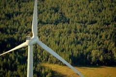 Turbina eólica da altura na floresta sueco Fotos de Stock
