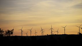 Turbina eólica na montanha que faz a energia elétrica video estoque