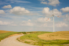A turbina eólica na paisagem com entrada de automóveis. Fotografia de Stock Royalty Free