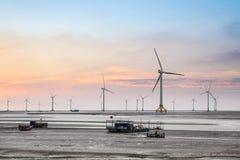 Turbina eólica no litoral imagens de stock