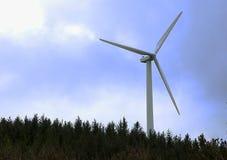 Turbina eólica no monte com floresta e o céu azul Imagens de Stock Royalty Free