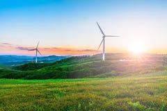 Turbina eólica no monte na névoa da manhã fotos de stock royalty free