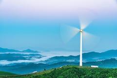 Turbina eólica no monte na névoa da manhã imagem de stock royalty free
