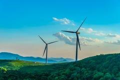 Turbina eólica no monte na névoa da manhã foto de stock