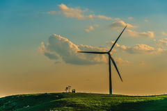 Turbina eólica no monte na névoa da manhã imagens de stock royalty free