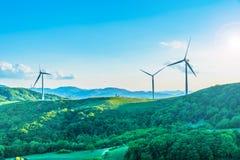 Turbina eólica no monte na névoa da manhã fotografia de stock