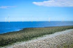 Turbina eólica a pouca distância do mar em um Windfarm sob a construção Imagem de Stock