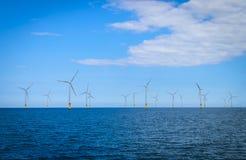 Turbina eólica a pouca distância do mar em um Windfarm sob a construção Fotos de Stock