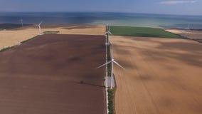Turbina eólica produzindo a bioenergia no fundo da opinião amarela da paisagem da parte superior Avaliação aérea vídeos de arquivo