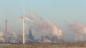 Turbina eólica produzindo a energia alternativa video estoque