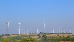 Turbina eólica produzindo a energia alternativa com céu vídeos de arquivo