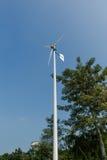 Turbina eólica verde da energia na corrida Fotografia de Stock