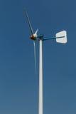 Turbina eólica verde da energia na corrida Foto de Stock