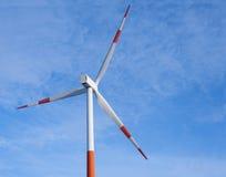 Turbina e cielo blu del generatore eolico Immagine Stock