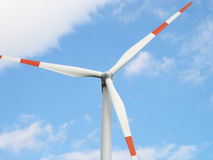 Turbina e cielo blu di vento fotografia stock libera da diritti