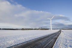 Turbina e estrada de vento Fotos de Stock Royalty Free