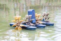 Turbina hidráulica da água para o oxigênio crescente na lagoa a água, imagem de stock