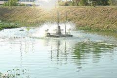 Turbina hidráulica que gerencie para o tratamento de águas residuais no canal fotos de stock