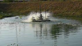 Turbina idraulica che fila per il trattamento delle acque reflue sul canale video d archivio