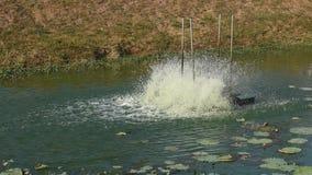 Turbina idraulica che fila per il trattamento delle acque reflue sul canale stock footage