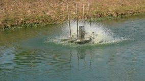 Turbina idraulica che fila per il trattamento delle acque reflue sul canale archivi video