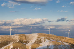 Turbina-montaña del viento con nieve Foto de archivo libre de regalías