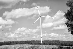 Turbina no campo no céu azul nebuloso Fotografia de Stock