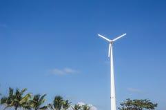 Turbina o molino de viento de viento que genera electricidad Imagenes de archivo