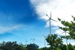 Turbina o molino de viento de viento que genera electricidad Fotos de archivo