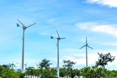 Turbina o molino de viento de viento que genera electricidad Imágenes de archivo libres de regalías