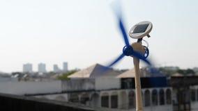 Turbina wiruje przeciw miasta tłu zbiory wideo